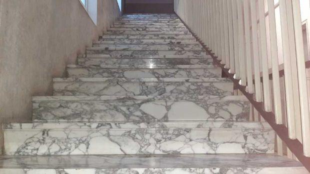 Scala condominiale interna con rivestimento in marmo