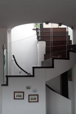 Dettaglio laterale del rivestimento di una rampa di scale per interni