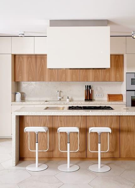 Cucina bianco e legno D90/T45 di TM ITALIA Cucine