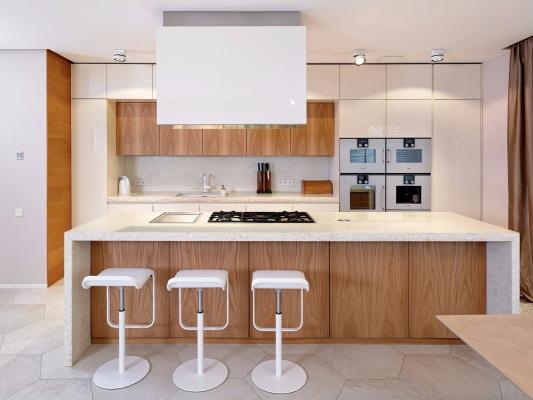 Un accostamento vincente per le cucine è il bianco con il legno