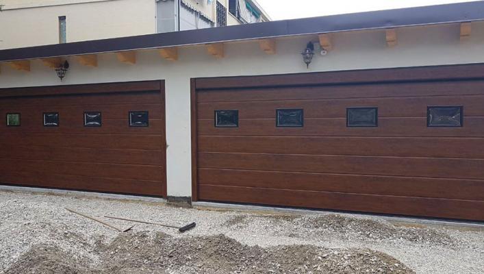 Portoni garage effetto legno con inserti in vetro di Sistema Facile