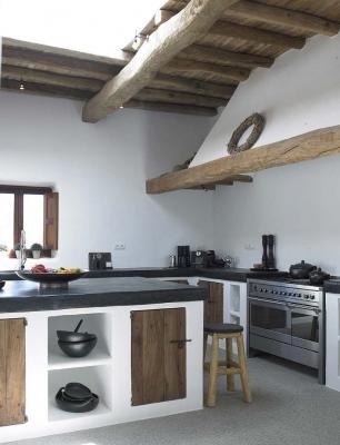 Cucina in muratura moderna con isola, da blakstadibiza.com