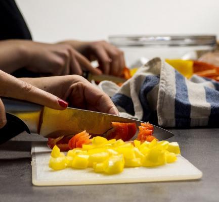 Sicurezza domestica: uso degli attrezzi da cucina con la giusta postura