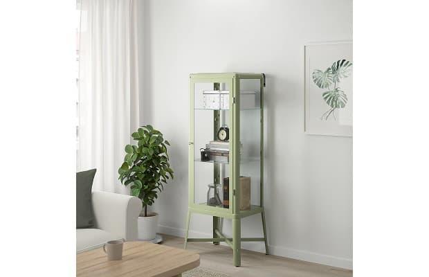 Salotto moderno vetrina Fabrikoer in ambiente di Ikea