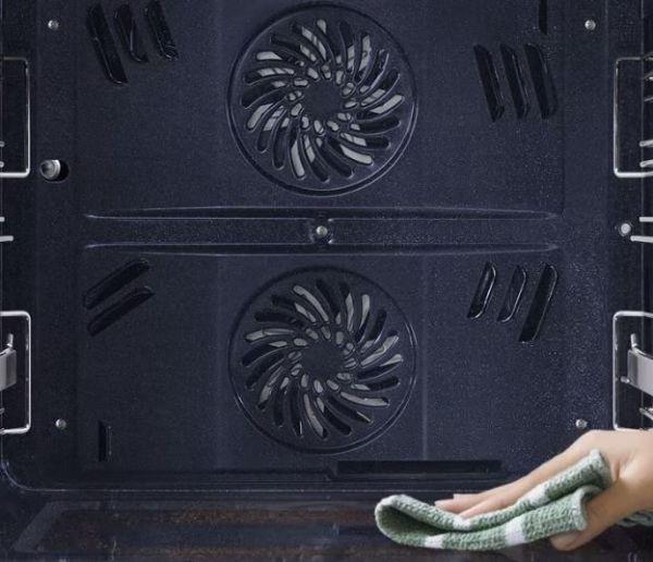 Pulire un forno Samsung è molto semplice, praticamente fa tutto da solo.