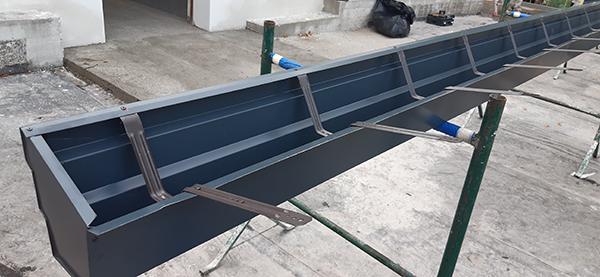 Lattoneria Edimetal preparazione gronda in cantiere - Impresa Pulisud CB