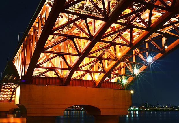 Impalcato di ponte sorretto da travi reticolari di profilati metallici