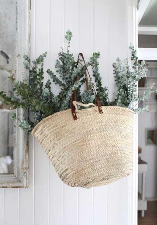 Eucalipto dentro una borsa di paglia, da decoracion.facilisimo.com