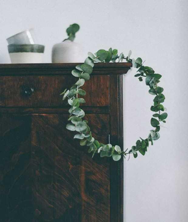 Ghirlanda di eucalipto in casa, da pintores-decoradores.com