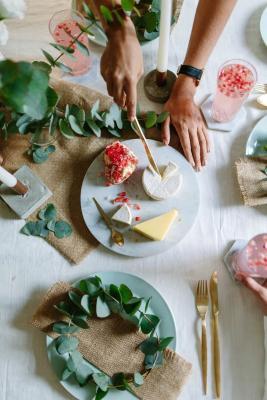 Ghirlande di eucalipto a tavola, da bloglavalsedamelie.com