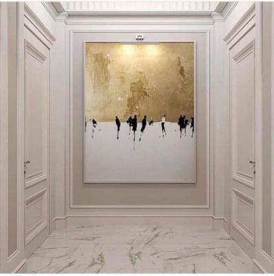 Un quadro importante crea una vera e propria scenografia in una stanza