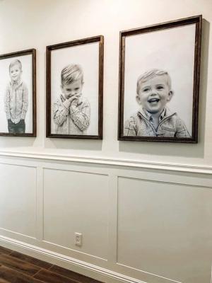 Un corridoio diventa una galleria d'arte con la giusta disposizione dei quadri