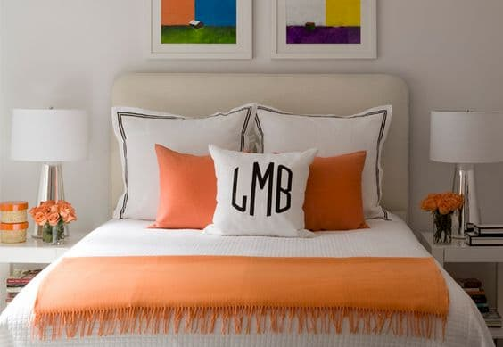 Disposizione asimmetrica cuscini letto - Credits Pinterest