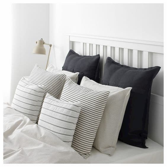 Disposizione cuscini letto simmetrica - Credits Pinterest