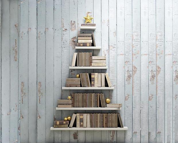 Albero di Natale stile minimal con libri e mensole