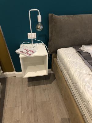 Dettaglio comodino IKEA in camera da letto