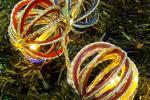 Decorazioni natalizie con capsule del caffè: palline di Natale, da craftandfun.com