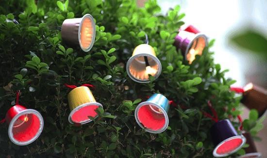Decorazioni natalizie con capsule del caffè: lucine di Natale, da denismeneghello.com