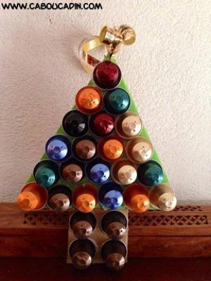 Decorazioni natalizie con capsule del caffè: alberello, da caboucadin.com