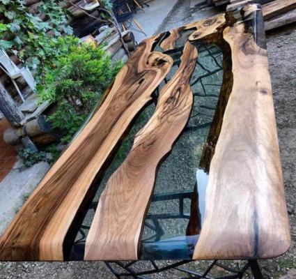 Tavolo realizzato con resina trasparente di ERC stile River