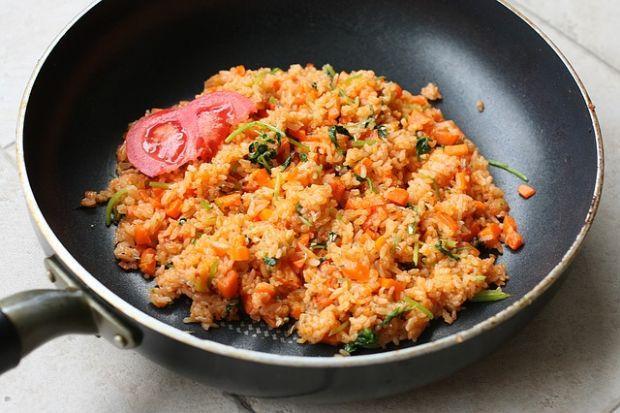 La padella wok è indispensabile per saltare il riso
