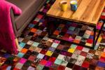 Tappeti molto colorati vivacizzano l'ambiente