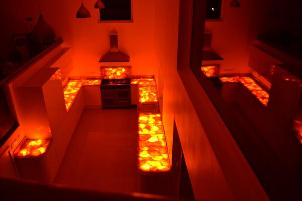 Cucina con piani retro-illuminati in okite