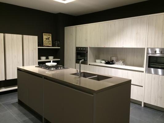 Cucina contemporanea con superfici orizzontali in okite