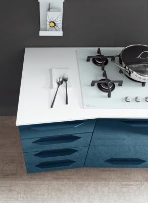 Cucina moderna con piano di lavoro in Okite