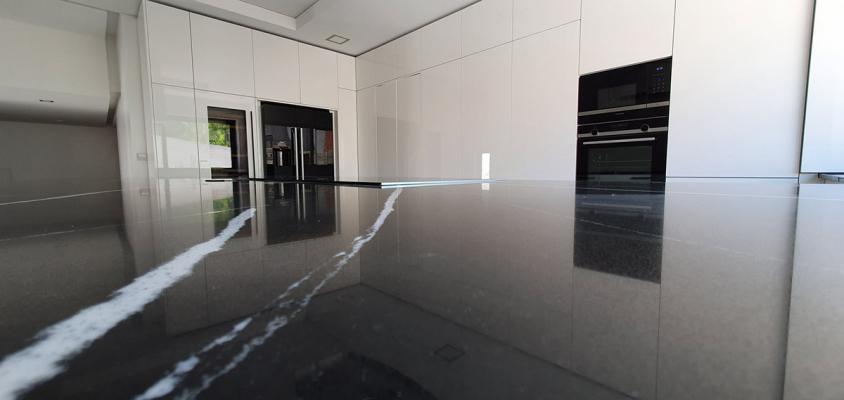 La superficie perfettamente liscia, lucida e riflettente del dekton gloss, by Cosentino