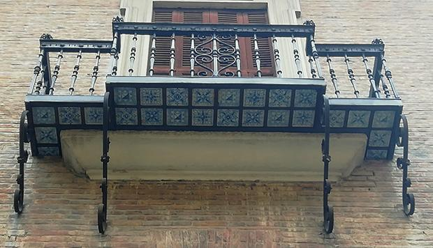 Antico balconcino di ferro battuto con inserti di maiolica policroma