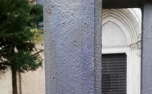 Antico ferro battuto con decorazioni geometriche eseguite a freddo