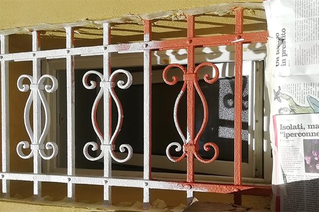 Manufatto in ferro battuto con vernice antiruggine al minio