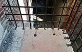 Antico balconcino in pietra e ferro con montanti verticali parzialmente distaccati