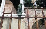 Recinzione in ferro battuto e rame con grave corrosione