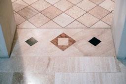 Soglia in marmo che regolarizza la trama del pavimento, realizzata da Taurino Edil Service