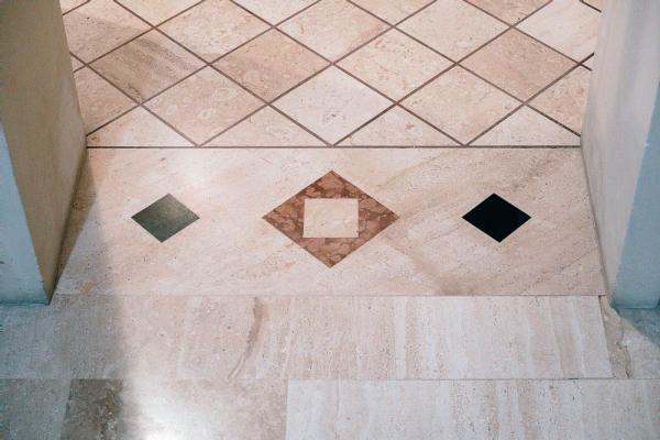 Soglia in marmo con geometria abbinata al disegno del pavimento, by Taurino