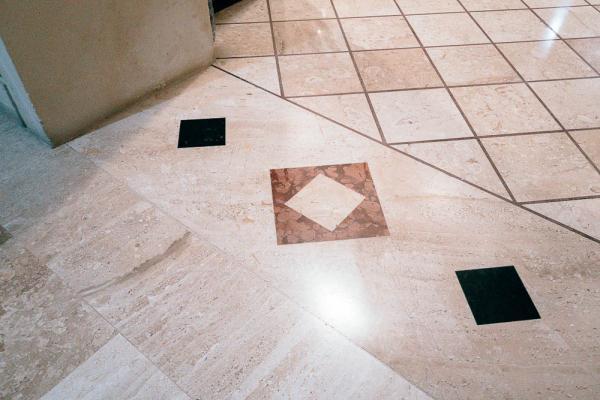 Soglia in marmo con geometria abbinata al disegno del pavimento