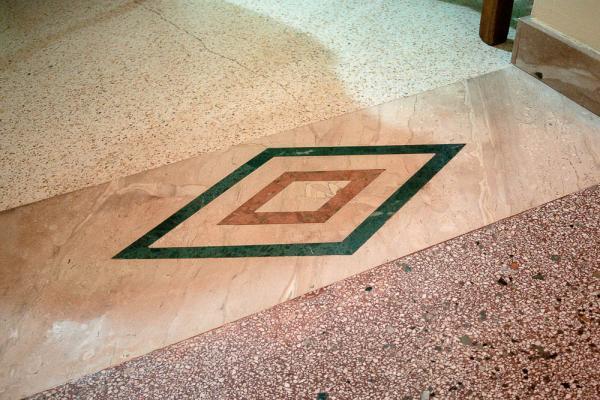 Soglia in marmo con Daino, Rosso Verona e Verde Guatemala