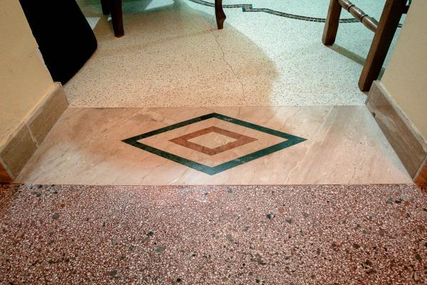 Soglia in marmo con Daino, Rosso Verona e Verde Guatemala, realizzata da Taurino Edil Service