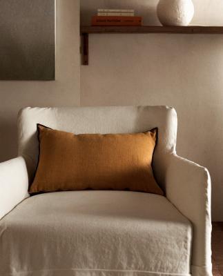 Cuscini in lino in nuance giallo - Foto by Zara Home