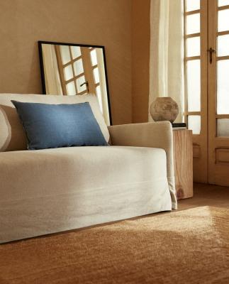 Cuscino in lino in nuance blu - Foto by Zara Home