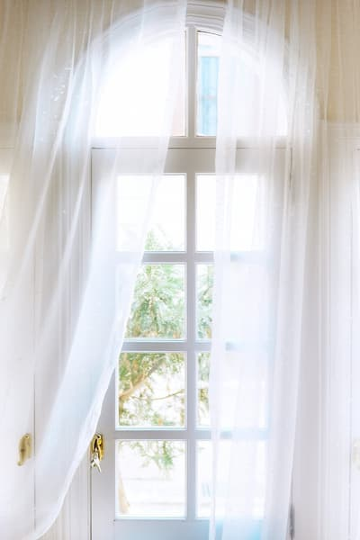 Long or short curtains: choose them according to your routine