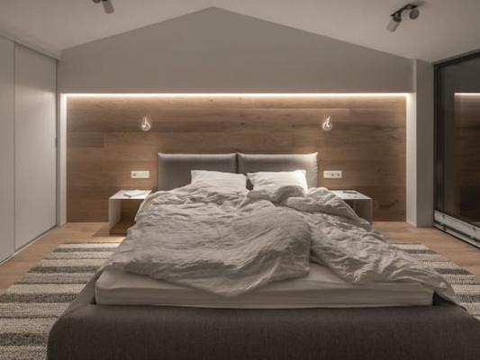 Rivestimenti con vari materiali particolarizzano la testata del letto - Pinterest