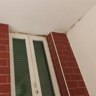 Presenza di muffe a causa di ponti termici infisso posato senza isolamento del falso telaio