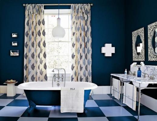 Blu navy in bagno, da homedecorideas.eu