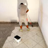 Posa in opera di sostanza aggrappante prima di posare il nuovo pavimento