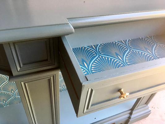 Restauro del mobile: particolare del cassetto rifinito con carta da parati