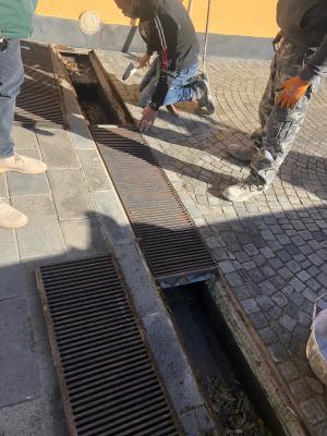 Canaletta di drenaggio su strada carrabile e pedonale