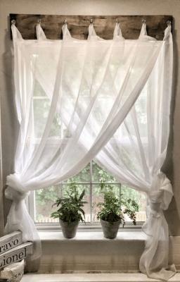 Tenda e bastone possono essere elementi di arredo per una finestra - Pinterest